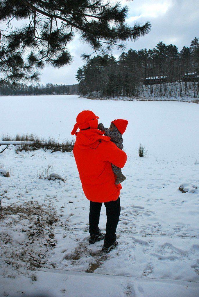 Madre con bebé en invierno