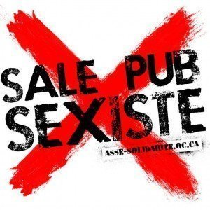 "Sucia Publicidad Sexista. Campaña feminista que le pega autoadhesivos como este a los anuncios ""sexistas"" en Montreal."