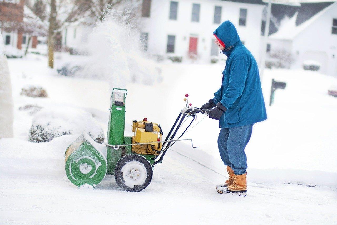 Retirando la nieve de la entrada de su garaje, como se ve en las afueras de la ciudad.