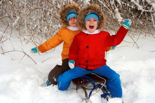 Niños en un trineo disfrutando de la nieve