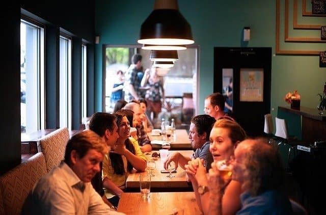 Grupo de amigos conversando en un restaurante